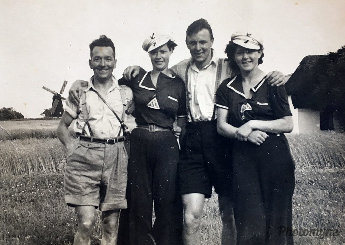 Min mor på vandretur i Danmark med en veninde. På turen mødte de to skotter (My mom went to Denmark with a friend. During their journey they met two more friends). Denmark, 1936