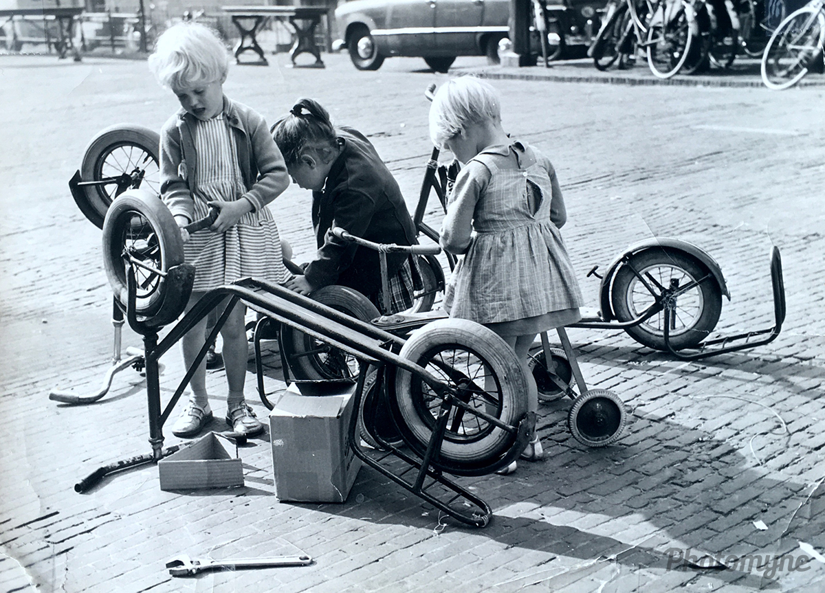 Voorjaar! Steppen en fietsje repareren (Spring! Fixing scooters and bicycles). Netherlands, 1956