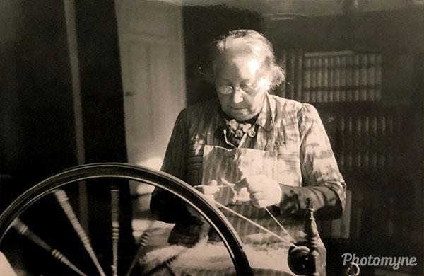 Bildet er tatt på Horgen. Sitter i midtstua og spinner (The picture is taken at Horgen. Sitting and spinning). Norway 1944