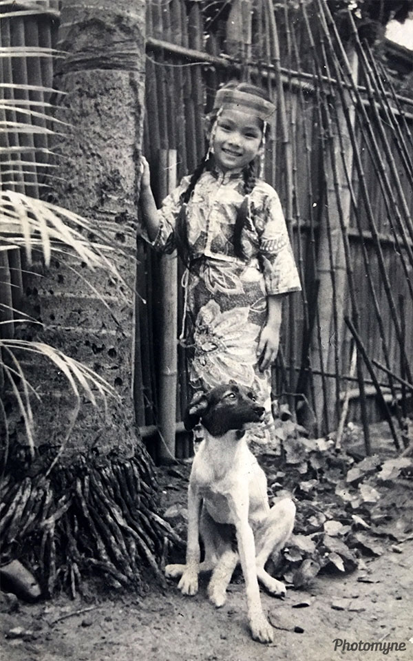 朱清雅幼稚園大班時跳站在高崗上的裝扮 (Zhu Qingya Kindergarten jumps and dresses up on the high post). Taiwan 1961