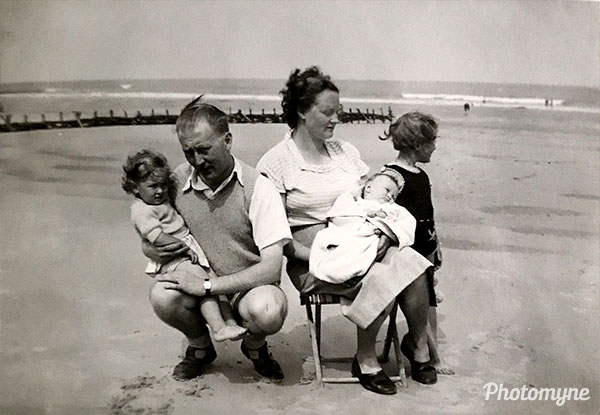 Familie aan zee (Family by the sea). Belgium 1951