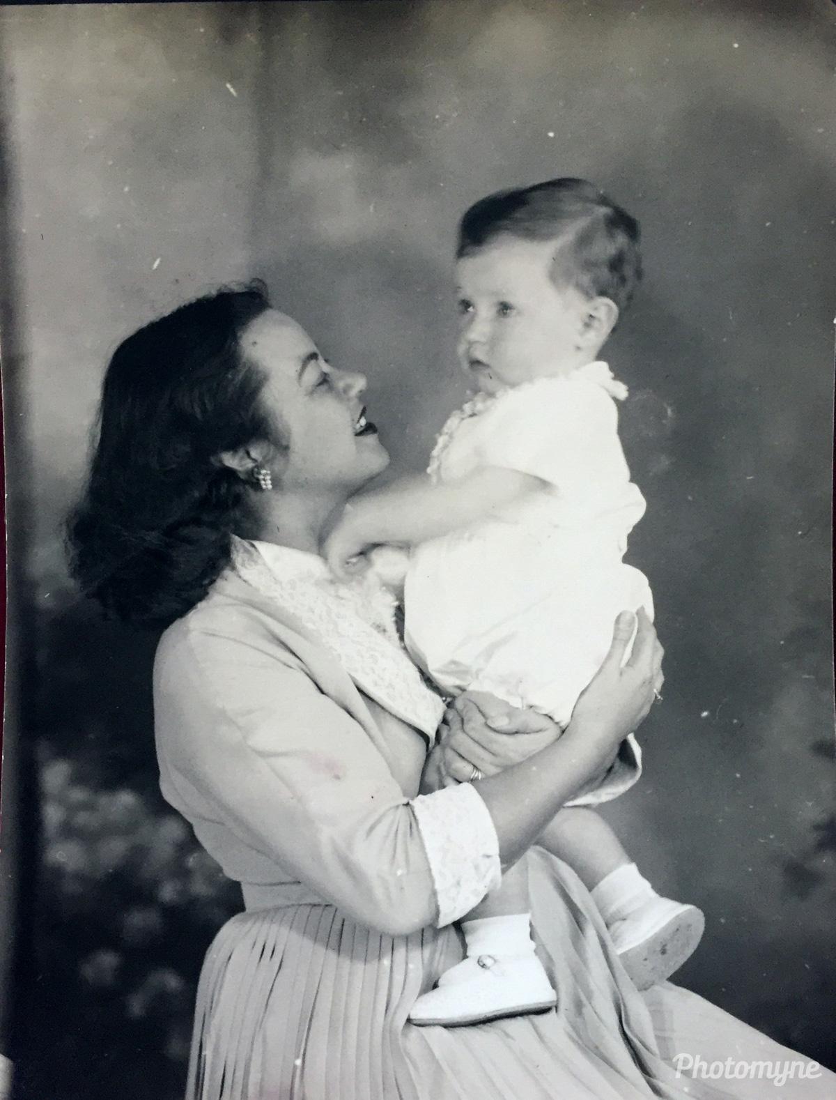 Mamãe Ceris com seu fofo bebe! Curitiba, Brazil, 1952