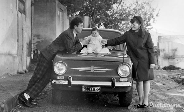 Io e i miei genitori spupazzato sulla Fiat 850 (Me and my parents spupazzato on the Fiat 850), Varapodio, Italy, 1968