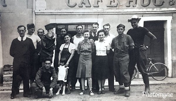 Devant le café Hug et Fauré (In front of the café Hug and Fauré). France 1940