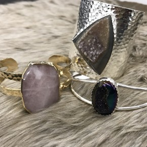ASSORTMENT OF SILVER OR GOLD DRUZY AND AGATE CUFFS