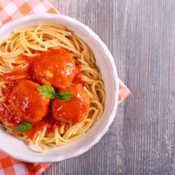 टमाटर सॉस और पास्ता के साथ तुर्की मीटबॉल