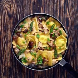 Spinat und ricotta-ravioli mit pilzsauce