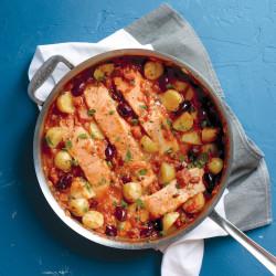 Salmón al horno con aceitunas y tomate