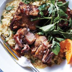 Glasiert schweinefleisch filets mit marmelade und couscous