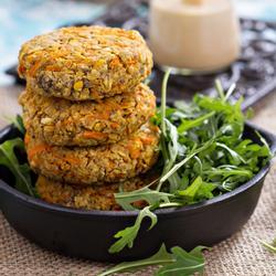 Quinoa-burger mit salat
