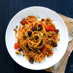 जैतून और केपर्स के साथ गेहूं पास्ता