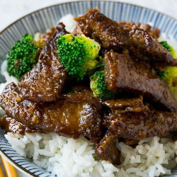 Carne al brócoli con arroz