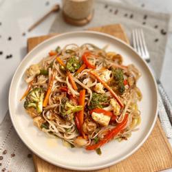 Chop suey de verduras con tallarines de arroz