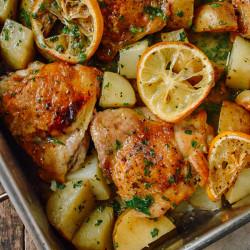 Pollo al limón con ajo y papas doradas