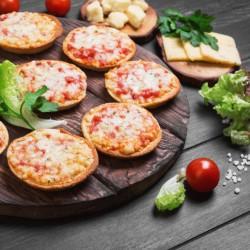 हैम और पनीर के साथ मिनी पिज्जा
