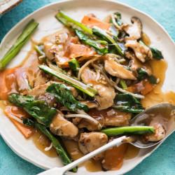 Chop suey de pollo y verduras con arroz
