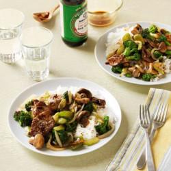 Chop suey von fleisch und gemüse mit reis