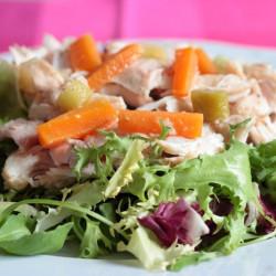 Cyw iâr marinadu gyda salad gwyrdd