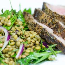 Gerjucht salade mei top lende roast pork heech