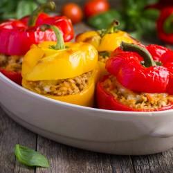 Mit kartoffeln gekrönt paprika in den ofen und rahmspinat
