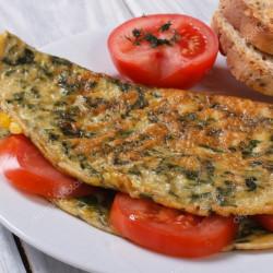 Omled sbigoglys, tomatos bach a madarch gyda reis