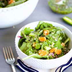Quinoa-salat, mandarine und grüne blätter