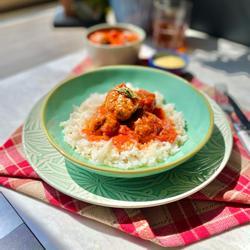 Turkije meatballs mei tomaat saus en rys