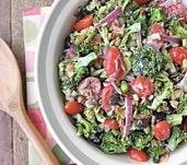 Brócoli, tomate y aliño de yogurt con cebollín