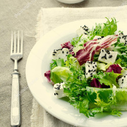 Salad gwyrdd gyda sesame a quesillo plant