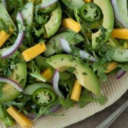 Salad gwyrdd gyda phlant afocado