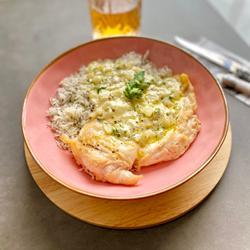 Pollo con salsa de queso azul y arroz