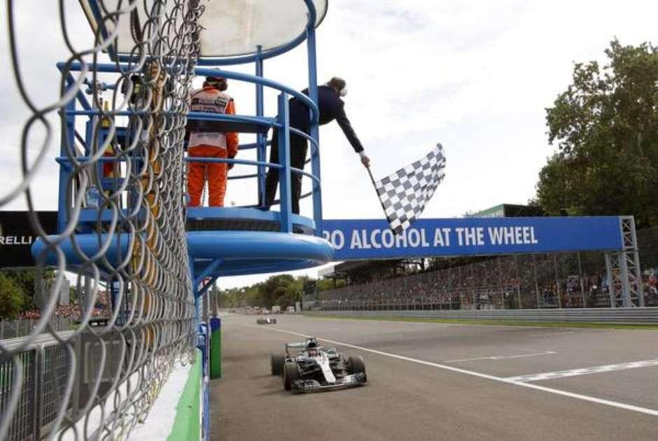 Hamilton frustra festa da Ferrari e vence em Monza