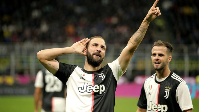 Juve acaba com invencibilidade da Inter e assume liderança do italiano