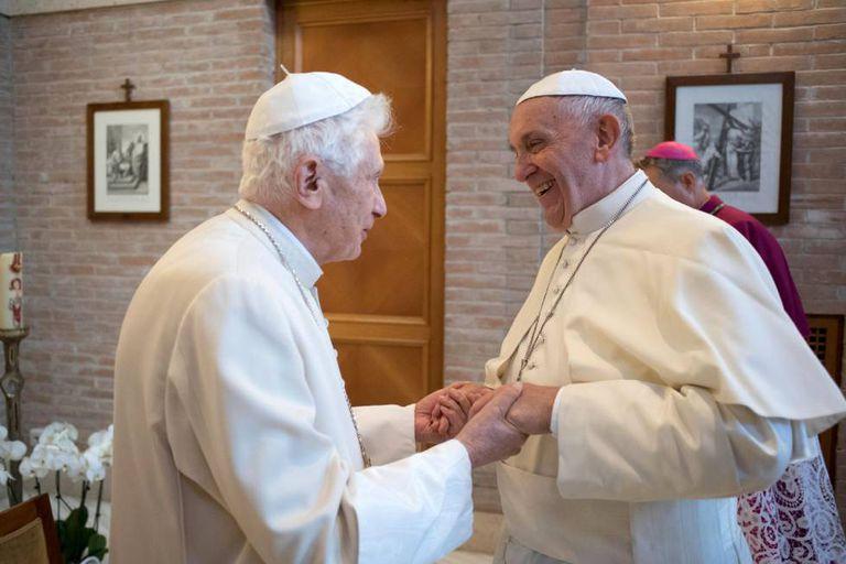 Papa Francisco e papa emérito Bento XVI recebem vacina contra Covid-19
