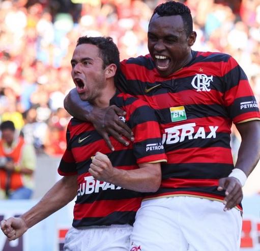 Juan e Obina comemoram gol sobre o Friburguense em 2009: público de 36.885 e ingresso médio de R$ 21