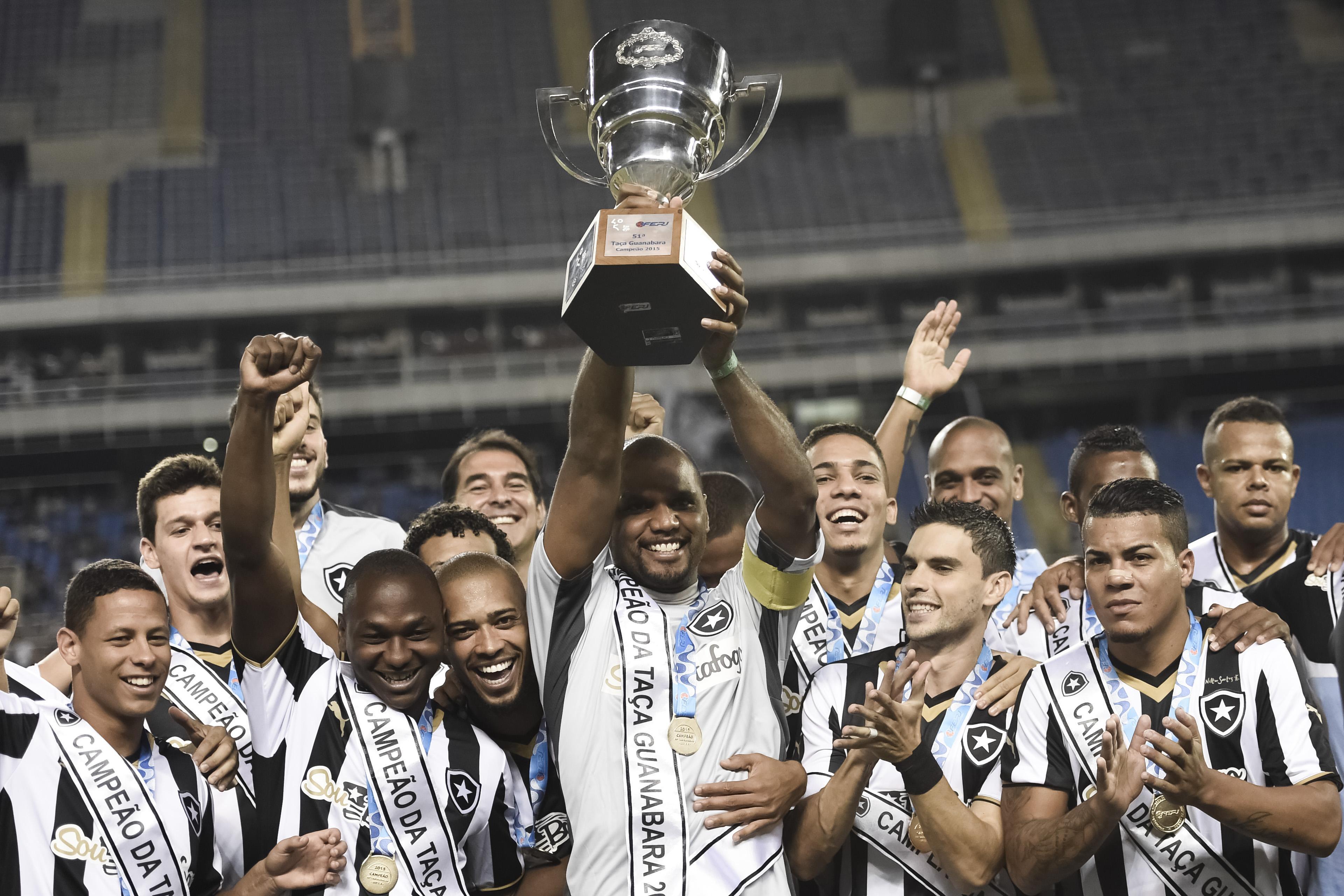 Antes do jogo, os jgadores do Botafogo levantaram a Taça Guanabara