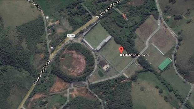 Em imagem do Google Maps, o isolado estádio Los Larios, localizado no meio da estrada