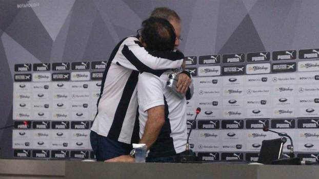 O presidente Carlos Eduardo Pereira interrompeu a coletiva para abraçar o técnico René Simões