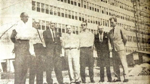 Sylvio de Magalhães Padilha (1º à esq.) em frente à Vila dos Atletas para o Pan-1963 de São Paulo
