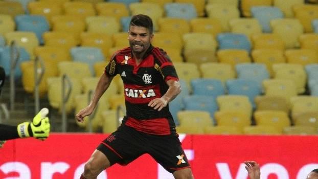 Eduardo da Silva na partida contra o Bangu, no Maracanã: cadeiras vazias ao fundo
