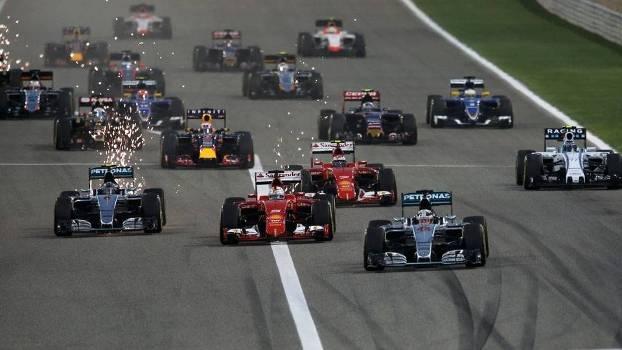 Largada do GP do Bahrein: Lewis Hamilton (à dir) foi pole e venceu mais uma