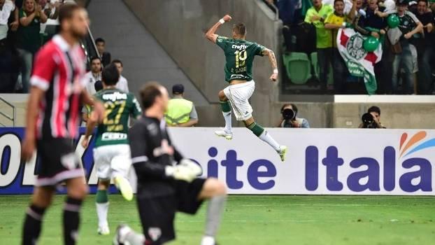 Rogério Ceni lamenta gol de Rafael Marques, que comemora ao fundo
