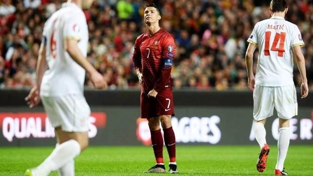 Portugal leva gol de placa, mas vence Sérvia e vira líder