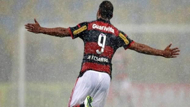 Sob forte chuva, Alecsandro aproveitou vacilo e fez o primeiro gol do Flamengo