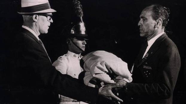 Sylvio de Magalhães Padilha recebe a bandeira do Brasil antes dos Jogos de Berlim-1936