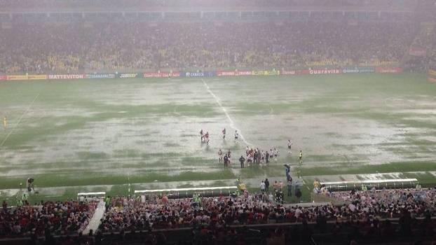Chuva paralisou clássico no Maracanã: jogo de bastidores foi intenso logo após