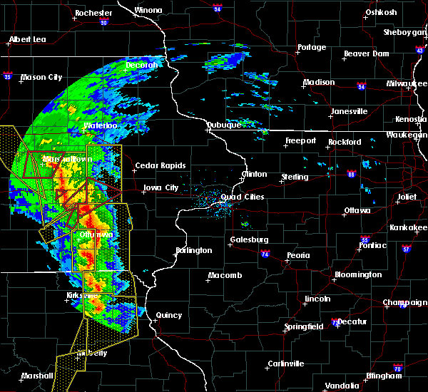 Radar Image for Severe Thunderstorms near North English, IA at 11/11/2015 4:32 PM CST