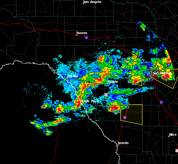 Radar Image for Severe Thunderstorms near Cotulla, TX at 4/12/2016 10:12 PM CDT