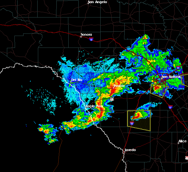 Radar Image for Severe Thunderstorms near Cotulla, TX at 4/12/2016 11:03 PM CDT