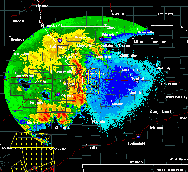 Radar Image for Severe Thunderstorms near Leawood, KS at 4/26/2016 10:33 PM CDT
